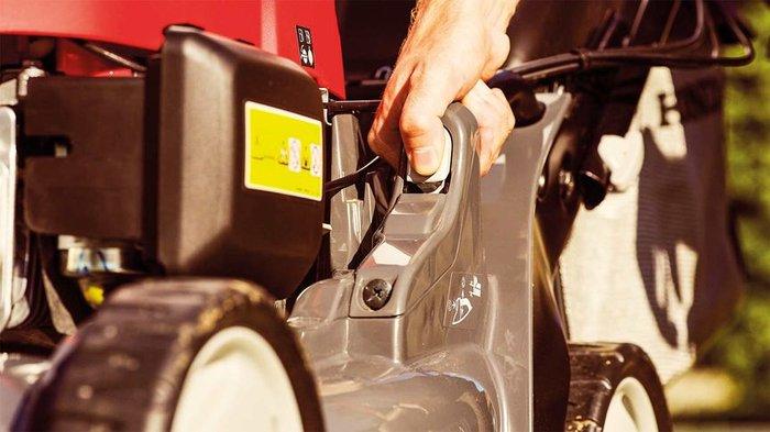 Einstellung der Schnitthöhe  Mit dem HRX kann die Schnitthöhe des Grases problemlos eingestellt werden, indem das Mähdeck mit der präzisen Steuerung gesenkt oder angehoben wird.