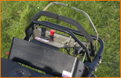 Pro-Steer Steuerungen (nur Hydro)   Ergonomische Steuerungen für ein vollhydraulisches Antriebssystem, bei dem die Antriebsräder unabhängig voneinander angetrieben werden. Dadurch wird die optimale Steuerung von Geschwindigkeit und Lenkung sowohl vorwärts als auch rückwärts ermöglicht.