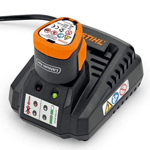 Ladegerät HSA 25 Zoom Ladegerät HSA 25  Das robuste Ladegerät ist im Lieferumfang enthalten und kann bei Bedarf an eine Wand montiert werden.