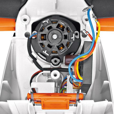 Stihl EC-Motor  Neben einer beeindruckenden Arbeitsleistung haben Profi-Heckenscheren im AkkuSystem PRO einen EC-Motor mit automatischer Drehrichtungsumkehr. Das ermöglicht bei Bedarf das Freifahren der Schneideinrichtung.