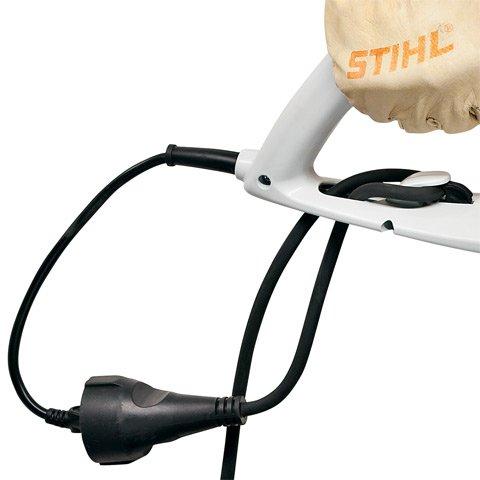 Verriegelbare Kabelzugentlastung  Die verriegelbare Kabelzugentlastung sorgt für eine sichere Verbindung zum Verlängerungskabel. Somit ist ein Nachziehen des Gerätes problemlos möglich.