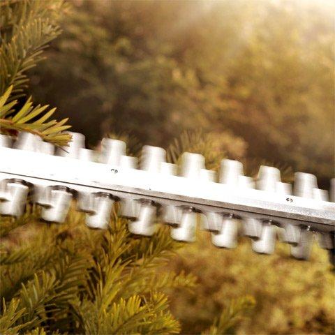 Schnelle Schneidmesser  Die hohe Hubzahl von bis zu 3.400 Hüben pro Minute und die beidseitig schneidenden Messer versprechen einen sauberen Schnitt.