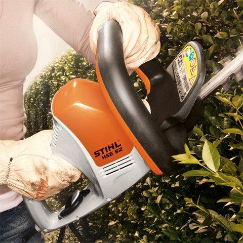 Leicht, leise und vibrationsarm  Geschnitten, nicht geschüttelt: Die neuen Elektro-Heckenscheren sind so konstruiert, dass sie ruhig und vibrationsarm laufen. Zudem macht das geringe Gewicht der STIHL HSE 42 (3,0 kg) und HSE 52 (3,1 kg) selbst längere Gartenarbeit zum Vergnügen.