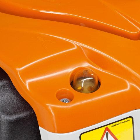 Manuelle Kraftstoffpumpe  Mit der manuellen Kraftstoffpumpe lässt sich auf Daumendruck Kraftstoff in den Vergaser fördern. Dadurch wird nach einer längeren Betriebspause der Maschine die Zahl der Anwerfzüge reduziert (Abb. ähnlich).