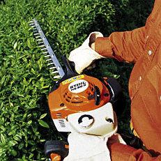 Einseitiges Schneidmesser: Die STIHL Heckenscheren mit einseitigem Schneidmesser eignen sich besonders für waagrechte Schnitte in immer gleicher Höhe. Aufgrund des einseitigen Messers sind sie noch etwas leichter, als die mit doppelseitigen Schneidmesser ausgestatteten Heckenscheren.