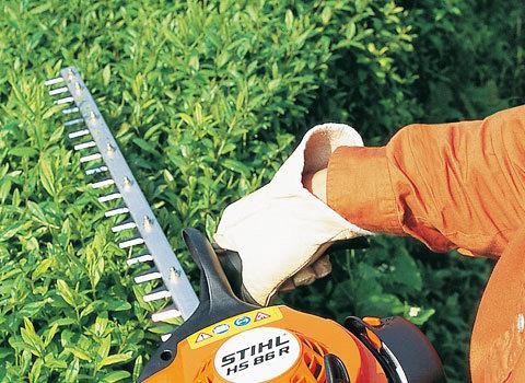 Einseitiges Schneidmesser  Die STIHL Heckenscheren mit einseitigem Schneidmesser eignen sich besonders für waagrechte Schnitte in immer gleicher Höhe. Aufgrund des einseitigen Messers sind sie noch etwas leichter, als die mit doppelseitigen Schneidmesser ausgestatteten Heckenscheren. (Abb. ähnlich)