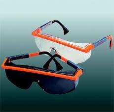 Schutzbrille: Zu Ihrer Sicherheit dient die serienmäßie Schutzbrille. Die Brillen sind gut hinterlüftet und verfügen über einen breiten Seitenschutz.(Abb. ähnlich)
