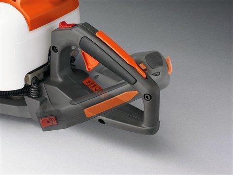 Verstellbarer hinterer Handgriff Der hintere Griff ist verstellbar und erleichtert so die Arbeit beim Schneiden aller Heckenseiten.