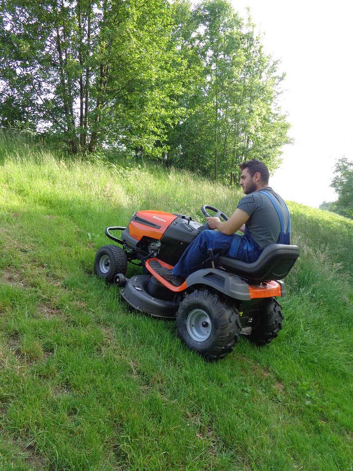 """Mit der Spezial Traktionsbereifung wird der Husqvarna TS 242 """"AGRASSIC"""" Traktor zum Bergbezwinger ( geringer Mehrpreis von nur 159,- € )"""