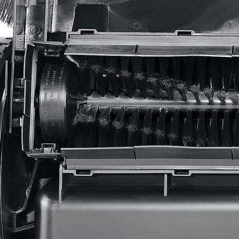 Umlaufende Dichtleiste  Durch die umlaufende Dichtleiste rund um die Kehrwalze wird der aufgewirbelte Staub zurückgehalten. In Verbindung mit den Luftfiltern wird so beim Kehren von feinem Material nur sehr wenig Staub an die Umwelt abgegeben.