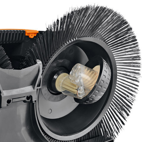 Langlaufgetriebe mit Schutzkappen  Durch die direkte Kraftübertragung der Getriebe ergibt sich ein deutlich besserer Wirkungsgrad als bei Maschinen mit Riemenantrieb. Das Gerät ist dadurch leichter zu schieben. Auch beim Rückwärtsfahren drehen die Tellerbesen nach innen. So wird verhindert, dass Schmutz herausgeschleudert wird. Zusätzlich sind die Getriebe der Tellerbesen mit einer Schutzkappe versehen. Dadurch sind sie optimal vor Schmutz, Staub oder Wasser geschützt.