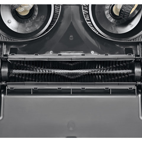 STIHL MultiClean PLUS  Das Kehrsystem sorgt dafür, dass die unterschiedlichsten Arten von Schmutz aufgenommen werden. Zwei Tellerbesen transportieren ihn in den dahinter liegenden Kehrbehälter. Die zusätzliche Kehrwalze nimmt selbst feinsten Staub mit auf. Da der Schmutz bereits vor dem Kehrgerät aufgenommen wird, kann sich das Kehrgut nicht unter dem Gerät verklemmen. Durch die seitlich überstehenden Tellerbesen kann auch direkt an Wänden oder entlang von Bordsteinen gekehrt werden.