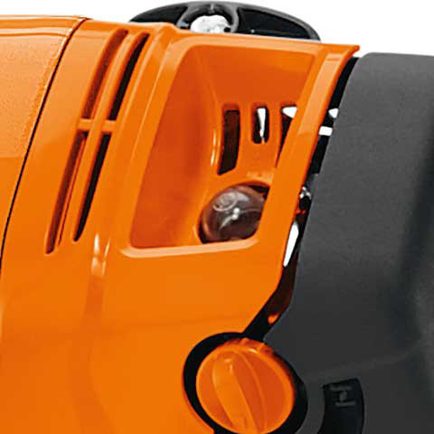 Manuelle Kraftstoffpumpe  Bei STIHL KombiMotoren mit manueller Kraftstoffpumpe wird der Startvorgang erleichtert und die Anzahl der Anwerfhübe reduziert. Wird der Pumpenbalg gedrückt, füllt sich die Regelkammer des Vergasers mit Kraftstoff. Damit steht beim Anwerfen sofort genügend Kraftstoff zur Bildung eines zündfähigen Luft-Kraftstoff-Gemisches zur Verfügung und es sind deutlich weniger Anwerfhübe erforderlich.
