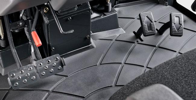 HYDROSTAT KRAFTÜBERTRAGUNG  Mit dem 3-stufigen Hydrostatgetriebe und der 2-Pedalsteuerung kann die Fahrgeschwindigkeit leicht auf die jeweilige Aufgabe angepasst werden. Einfache Handhabung und kontrolliertes Ansprechverhalten erlauben ein angenehmes Arbeiten bei höchster Leistung.
