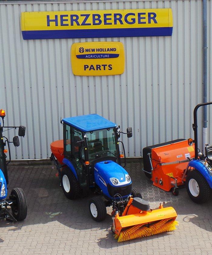 Gebrauchte                                          Traktoren:                     New Holland - Kompakttrakor Boomer 25 zzgl. Streuer/Kehrmaschine (gebraucht)