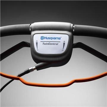 Die zweihändige Geschwindigkeitsregelung erleichtert es, die passende Geschwindigkeit einzuhalten je nach Oberfläche und Umgebung.
