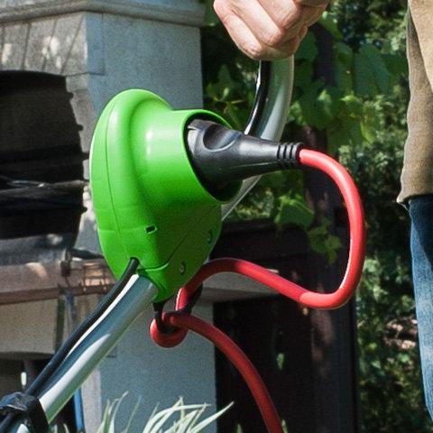 Integrierte Kabelzugentlastung  Die integrierte Kabelzugentlastung fixiert das Verlängerungskabel sicher an der Schalter-Stecker-Kombination der VIKING Elektro-Rasenmäher oder Elektro-Vertikutierer.