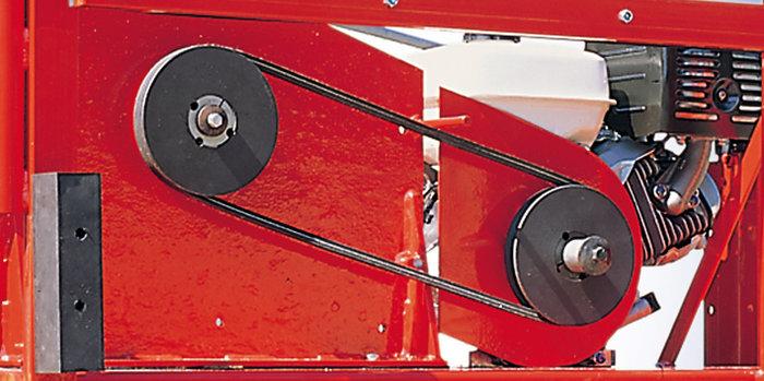 elastischer Keilriemenantrieb -  Direkt auf die Antriebsmotoren geflanschte Flügelräder geben die groben Schläge des Materials direkt an die Kurbelwelle weiter. Der Keilriemenantrieb überträgt diese Stöße kaum. Somit ist eine lange Lebensdauer des Motors gewährleistet.