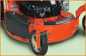 Mähdeck aus 14 Gauge Pressstahl mit Umkantung   Umkantung ermöglicht verbesserte Grassammelleistung. Pressstahl bietet starre Aufhängung für überragende Haltbarkeit.