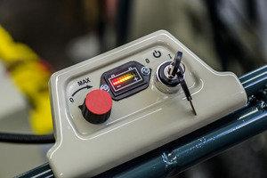 Die Drehzahl läßt sich stufenlos regeln.  Die Batterierestlaufzeit wird permanent angezeigt.
