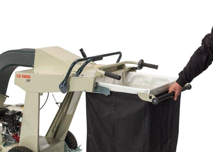 dann den Bügel umlegen - hierdurch wird ein Paralellogramm abgesenkt und der Fangsack kann leicht entnommen und ausgeleert werden.