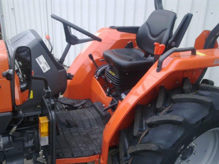 Großzügige Fahrerplattform für den bequemen Aufstieg, gefederter Fahrersitz mit Armlehnen und Sicherheitsgurt