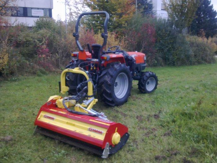 Durch den stufenlosen hydraulischen Fahrantrieb ist der Traktor speziell für Pflege- oder Frontladerarbeiten geeignet Der KUBOTA L4100H hat einen Wenderadius von nur 2,6m