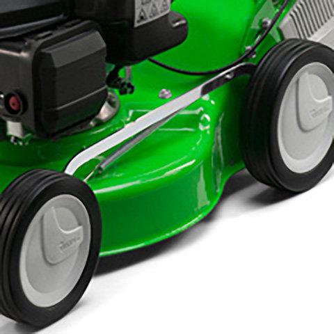 Zentrale Schnitthöhenverstellung  Durch die zentrale Höhenverstellung in mehreren Stufen kann die Schnitthöhe schnell und einfach an die Gegebenheiten der Rasenfläche und den Einsatz angepasst werden.