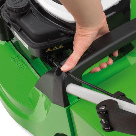Zentrale Schnitthöhenverstellung  Durch die zentrale Höhenverstellung in sechs Stufen kann die Schnitthöhe schnell und einfach an die Gegebenheiten der Rasenfläche und den Einsatz angepasst werden.