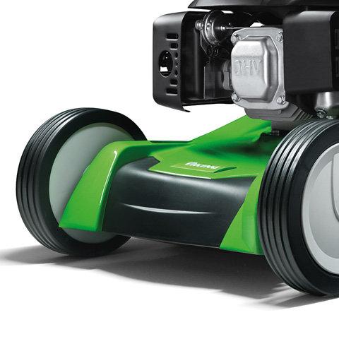 Tragegriff  Am Gehäuse vorne ist ein Tragegriff integriert. Dieser ermöglicht einfaches Verladen bzw. Aufkippen des Gerätes. Zugleich dient der Tragegriff als Anstoßschutz und schützt das Gehäuse beim Anfahren an Hindernisse.
