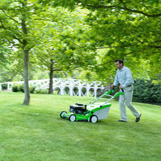 Radantrieb: Der motorisierte Radantrieb erleichtert das Rasenmähen vor allem bei größeren Flächen und an Steigungen. Ein Griff zum Bedienungshebel, und der Mäher setzt sich in Bewegung. Je nach Modell sind VIKING-Mäher mit einem oder mit drei Vorwärtsgängen ausgestattet. (Abb. ähnlich)