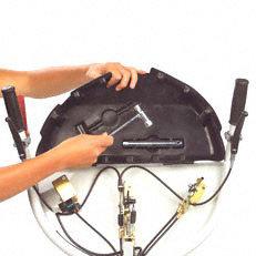Werkzeugfach: Unter dem Bedienpanel befindet sich ein Werkzeugfach, das die beim Einsatz wichtigsten Werkzeuge beinhaltet.