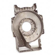 Aluminium-Druckgussgehäuse: Eine lange Lebensdauer gewährleistet das extrem robuste Aluminium-Druckgussgehäuse mit einer Wanddicke von bis zu 6 mm. Austauschbare Scheuerleisten aus Metall schützen das Gehäuse seitlich beim Mähen entlang von Mauern und Zäunen.