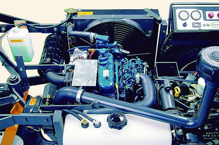 Durch Hochklappen der Grasfangbox leicht zu erreichen: der durchzugsstarke 3-Zykinder Dieselmotor.