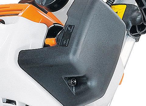 Manuelle Kraftstoffpumpe  Die Kraftstoffhandpumpe macht den Kaltstart der Maschine deutlich komfortabler. Die nach oben gerichtete Tanköffnung ermöglicht das einfache Betanken des Gerätes. (Abb. ähnlich)