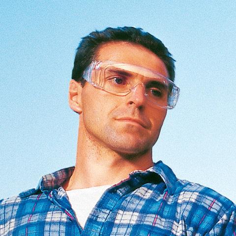 Schutzbrille  Zu Ihrer Sicherheit die serienmäßige Schutzbrille. Die Brillen sind gut hinterlüftet und verfügen über einen breiten Seitenschutz.