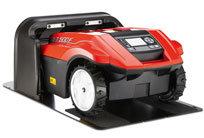 Bei nachlassender Batterieleistung fährt der MOWiT 500F selbsttätig zurück in die Ladestation, um die Batterie wieder vollständig zu laden und danach weiter zu arbeiten. Die Ladezeit beträgt ca. 80 Minuten. Eine Batterieladung reicht für eine Mähdauer von rund 90 Minuten.