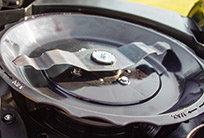 Die Schnitthöhe lässt sich einfach über das Schutzschild des Messers verstellen. Durch einfaches Drehen hebt oder senkt sich das Schutzschild mit dem Messer und ermöglicht so eine variable Schnitthöheneinstellung von 19 – 102 mm.