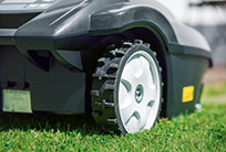 Bergauf, Bergab. Mit seinen großen Antriebsrädern meistert MOWiT 500F SERIES II problemlos unebene Rasenflächen und Steigungen.
