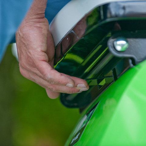 Fahrersitz längs- und höhenverstellbar  Perfekter Sitz für jede Körpergröße: Der Sitz lässt sich schnell und ohne werkzeug in Länge und Höhe einstellen.