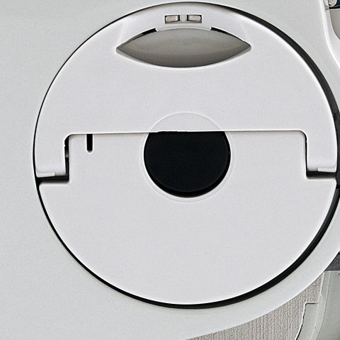 Zwischenposition für Akku im Gerät  Der Akku kann in 2 Stufen in das Gerät eingeschoben werden. In der ersten Raststufe, der Zwischenposition, ist der Akku fest im Gerät fixiert, berührt aber nicht die Kontakte im Gerät. In der zweiten Raststufe, der Betriebsposition, ist der Akku komplett eingeschoben und berührt die Kontakte im Gerät.
