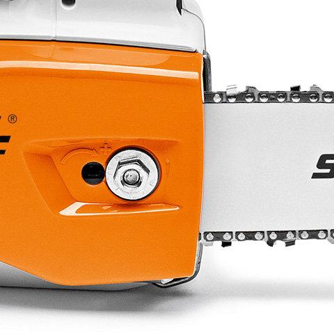 Seitliche Kettenspannung  Die Spannschraube wird seitlich durch den Kettenraddeckel hindurch betätigt. Das verhindert den Kontakt der Hand mit der scharfen Sägekette und den Spitzen des Krallenanschlages