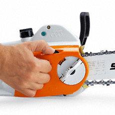 Kettenschnellspannung (B): Das STIHL Kettenschnellspannsystem (B)macht das Spannen der Sägekette ganz einfach. Nach dem Lockern der Verschraubung des Kettenraddeckels lässt sich die Sägekette mit dem darüberliegenden Stellrad einfach und schnell spannen. Werkzeug wird dazu nicht benötigt.