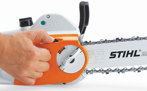STIHL Kettenschnellspannung (B)  Das STIHL Kettenschnellspannsystem (B) macht das Spannen der Sägekette ganz einfach. Nach dem Lockern der Verschraubung des Kettenraddeckels lässt sich die Sägekette mit dem darüberliegenden Stellrad einfach und schnell spannen. Werkzeug wird dazu nicht benötigt. (Abb. ähnlich)