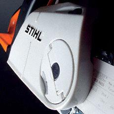Nachrüstbare Ausstattung: Kettenschnellspannung (B) Das STIHL Kettenschnellspannsystem (B) macht das Spannen der Sägekette ganz einfach. Nach dem Lockern der Verschraubung des Kettenraddeckels lässt sich die Sägekette mit dem darüberliegenden Stellrad einfach und schnell spannen. Werkzeug wird dazu nicht benötigt.