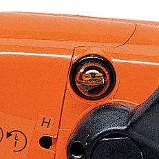 Manuelle Kraftstoffpumpe (Purger): Mit der manuellen Kraftstoffpumpe lässt sich auf Daumendruck Kraftstoff in den Vergaser fördern. Dadurch wird nach einer längeren Betriebspause der Maschine die Zahl der Anwerfzüge reduziert.