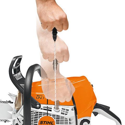 Kompensator  Der STIHL-Kompensator, ein Regelsystem im Vergaser, sorgt dafür, dass trotz zunehmender Verschmutzung des Luftfilters Motorleistung, Abgasqualität und Kraftstoffverbrauch über einen längeren Zeitraum nahezu konstant bleiben. Erst wenn ein spürbarer Leistungsabfall eintritt, muss der Luftfilter gereinigt werden. So sind auch sehr lange Arbeitsintervalle ohne Wartung möglich. (Abb. ähnlich)