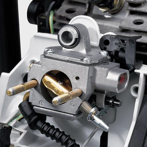 Manuelle Kraftstoffpumpe (Purger)  Mit der manuellen Kraftstoffpumpe lässt sich auf Daumendruck Kraftstoff in den Vergaser fördern. Dadurch wird nach einer längeren Betriebspause der Maschine die Zahl der Anwerfzüge reduziert. (Abb. ähnlich)