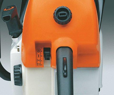 Die Funktionen der Maschine, wie Kalt- und Warmstart, Betrieb und Stop, werden über einen einzigen Hebel gesteuert. Das macht die Bedienung besonders komfortabel und sicher, weil die rechte Hand immer am Griff bleiben kann. (Abb. ähnlich)