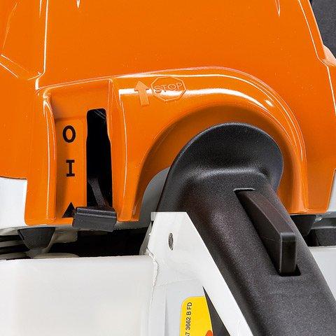 Kombihebel  Da M-Tronic Kalt- und Warmstart elektronisch erkennt, ist nur noch eine Startposition am Kombihebel nötig. Die exakte Kraftstoffmenge wird bedarfsgerecht zugeführt. Sie müssen nichts über den Betriebszustand Ihrer Motorsäge wissen und können sofort Vollgas geben – auch beim Kaltstart. Denn die Motorsäge ist durch optimale Beschleunigung in wenigen Sekunden warmgelaufen.